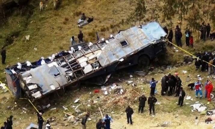 اتوبوس حامل اتباع چینی به دره سقوط کرد+عکس