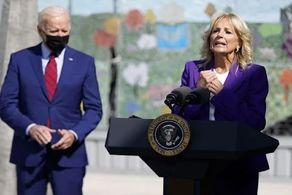 رفتار آقای رئیسجمهور بازهم حاشیهساز شد/ بایدن هنگام سخنرانی همسرش این حرکات عجیب و غریب را انجام داد+ فیلم