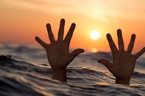 نجات معجزه آسای پدر و دختر 11 ساله در وسط اقیانوس!